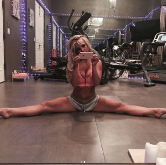 Назад к тренировкам: Бритни Спирс демонстрирует идеальный пресс в спортзале