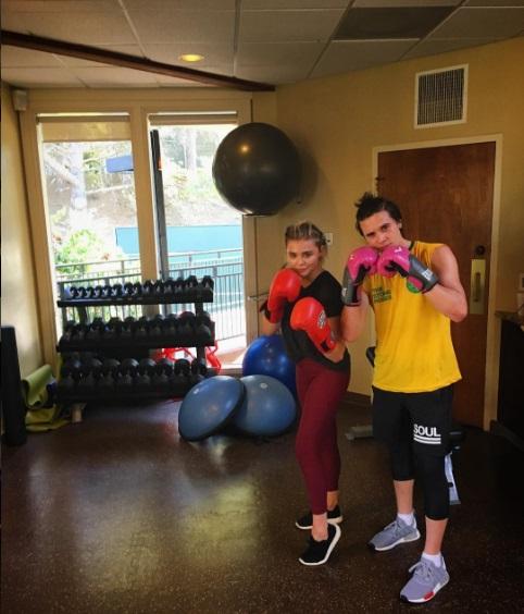 Ни шага без любимого: Бруклин Бекхэм с Хлоей Морец посетили занятие по боксу