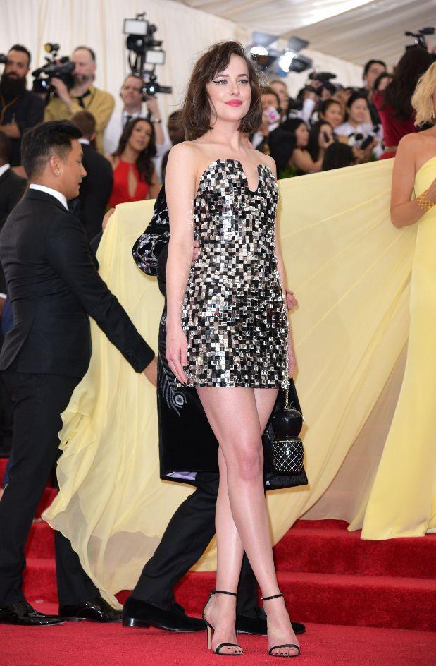 Дакота Джонсон оголила плечи и показала стройные ноги в мини-платье Chanel