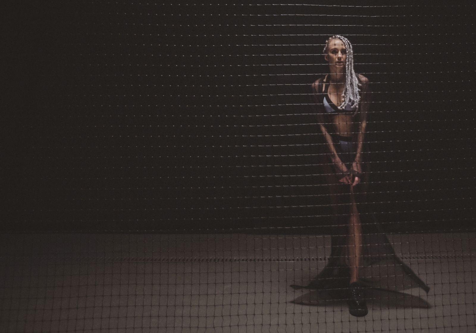 Премьера: Ева Бушмина предстала в неожиданных амплуа в новом клипе