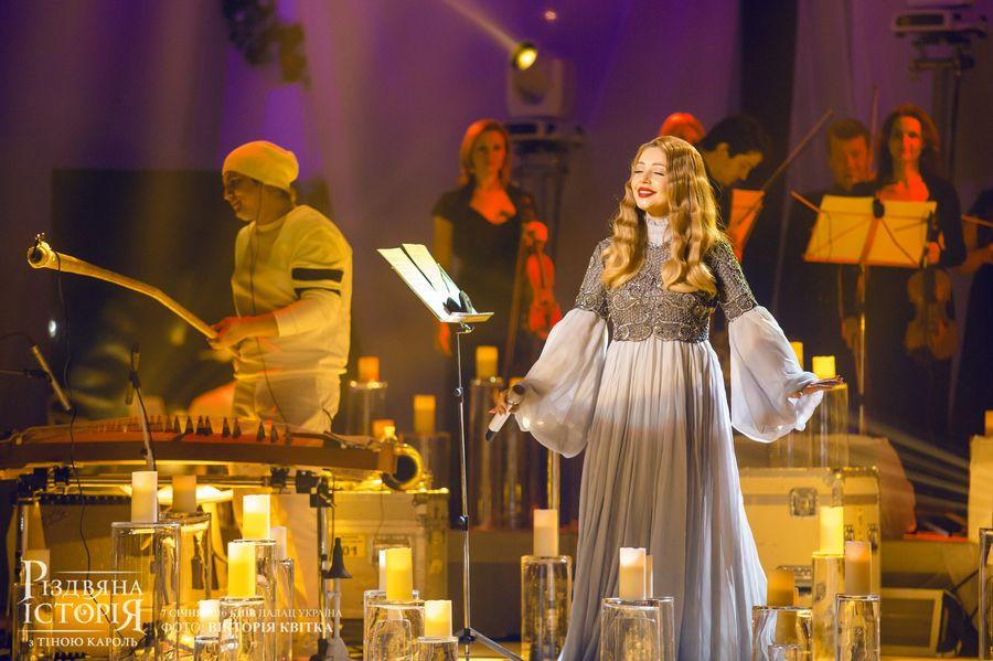 Тина Кароль в наряде от Dior и кружевном платье: рождественский фотопроект