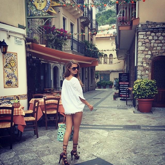 Виктория Боня демонстрирует сногсшибательные ножки