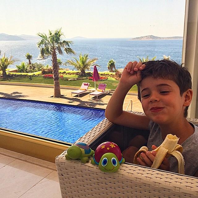 Санта Димопулос на отдыхе с сыном