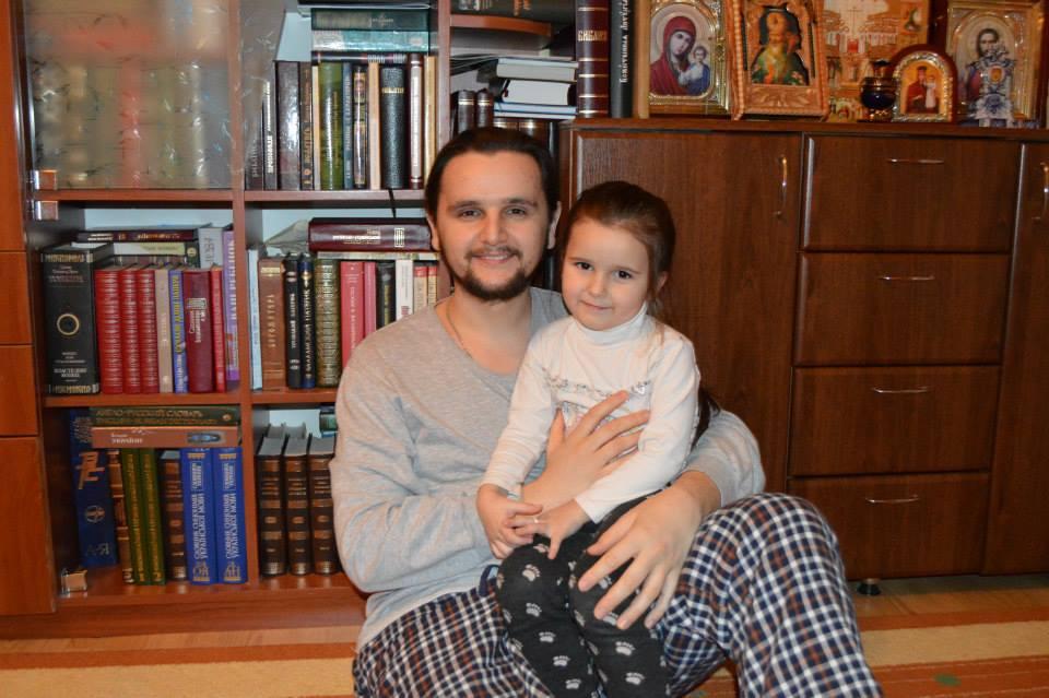 """Священник из шоу """"Голос країни-7"""" в четвертый раз стал отцом"""