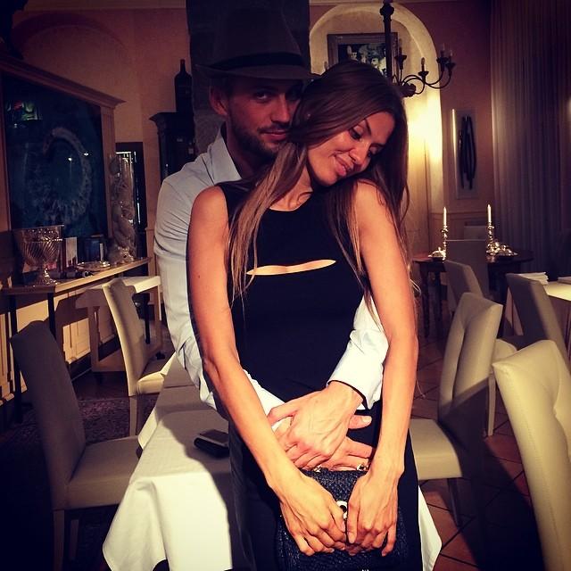Виктория Боня позирует с мужем