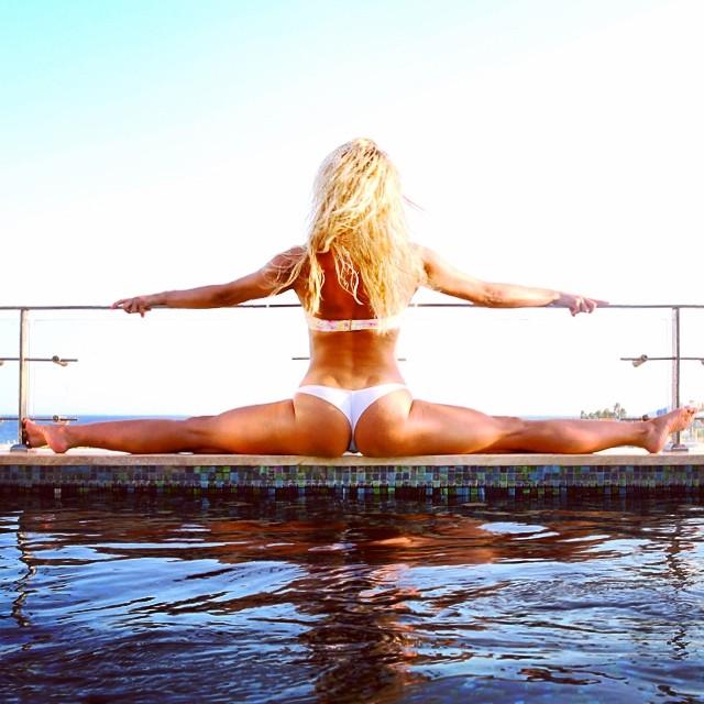 Татьяна Котова в купальнике на пляже