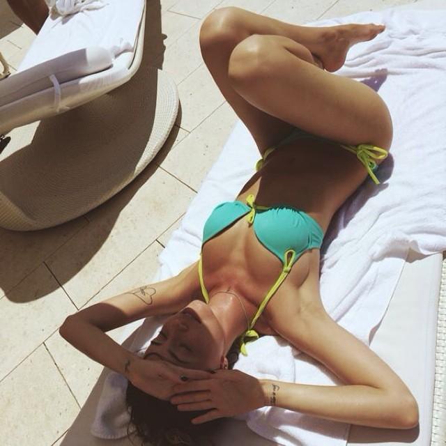 Надежда Дорофеева в купальнике на пляже