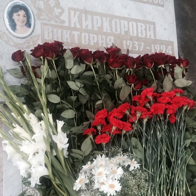 Филипп Киркоров показал фотографии с могилы матери