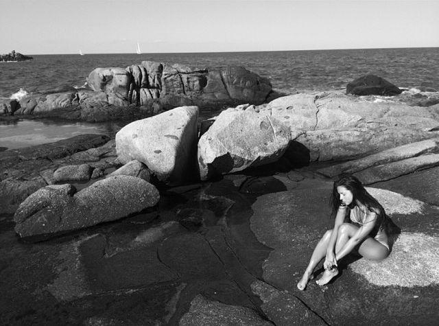 Нюша в купальнике на пляже
