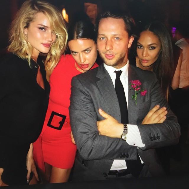 Сексуальная Ирина Шейк покорила публику красным нарядом Versace