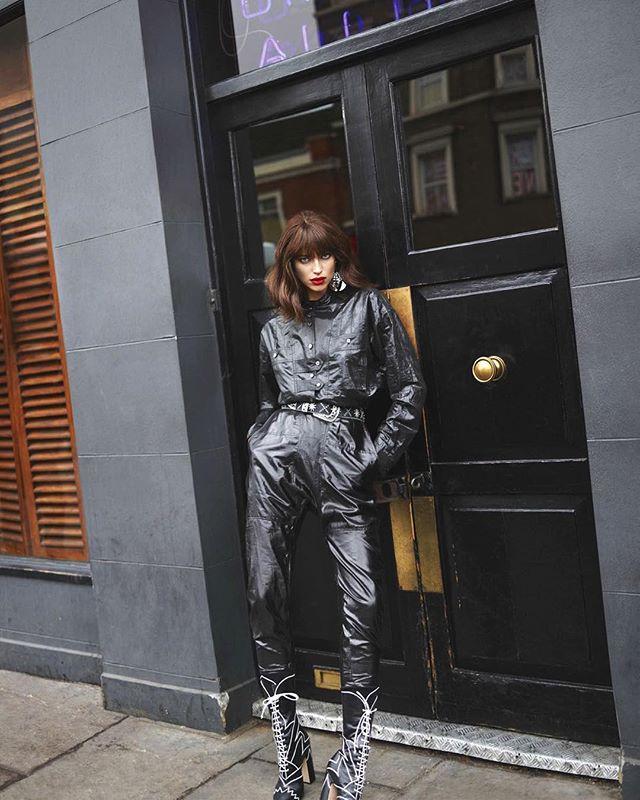 Роковая красотка: Ирина Шейк с новой стрижкой блистает на страницах французского глянца