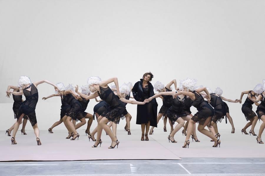 Ани Лорак в дерзком прозрачном платье снялась в новом видео
