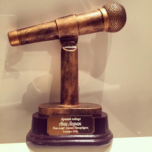 Россияне подарили Ани Лорак золотой микрофон
