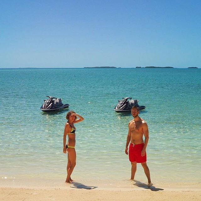 Любовь на пляже: Тейлор Свифт и Кэлвин Харрис поделились горячими снимками с отдыха