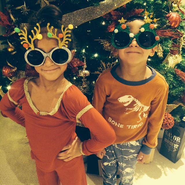 Двойняшки Дженнифер Лопес снялись на фоне нарядной елки
