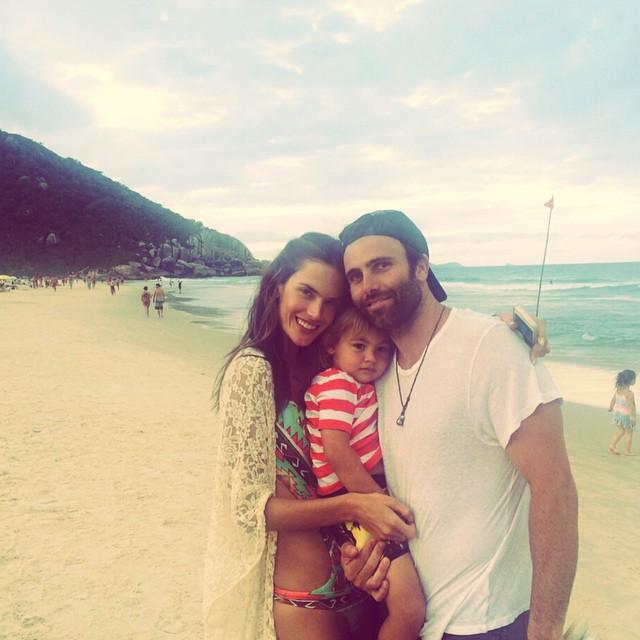 Алессандра Амбросио с мужем и детьми отдыхает в Бразилии