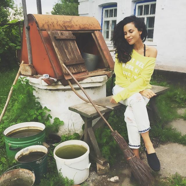 Сельский гламур: Настя Каменкских отдохнула в деревне