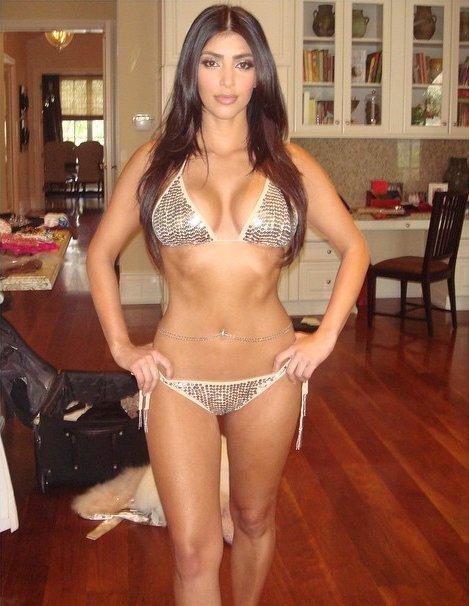 Ким Кардашьян показала стройную фигуру в роскошном бикини
