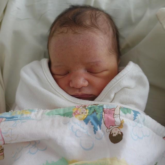 Сразу после родов Милла Йовович показала новорожденную дочь