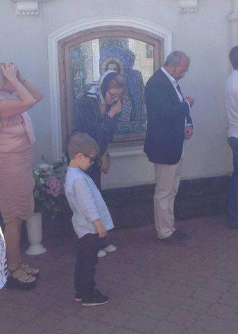 Тина Кароль и ее сын Веня в церкви