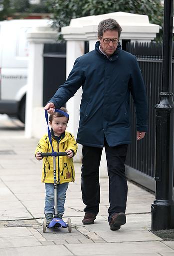 Хью Грант: многодетный отец гуляет с внебрачным сыном
