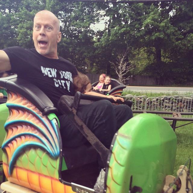 60-летний Брюс Уиллис веселится на детских качелях