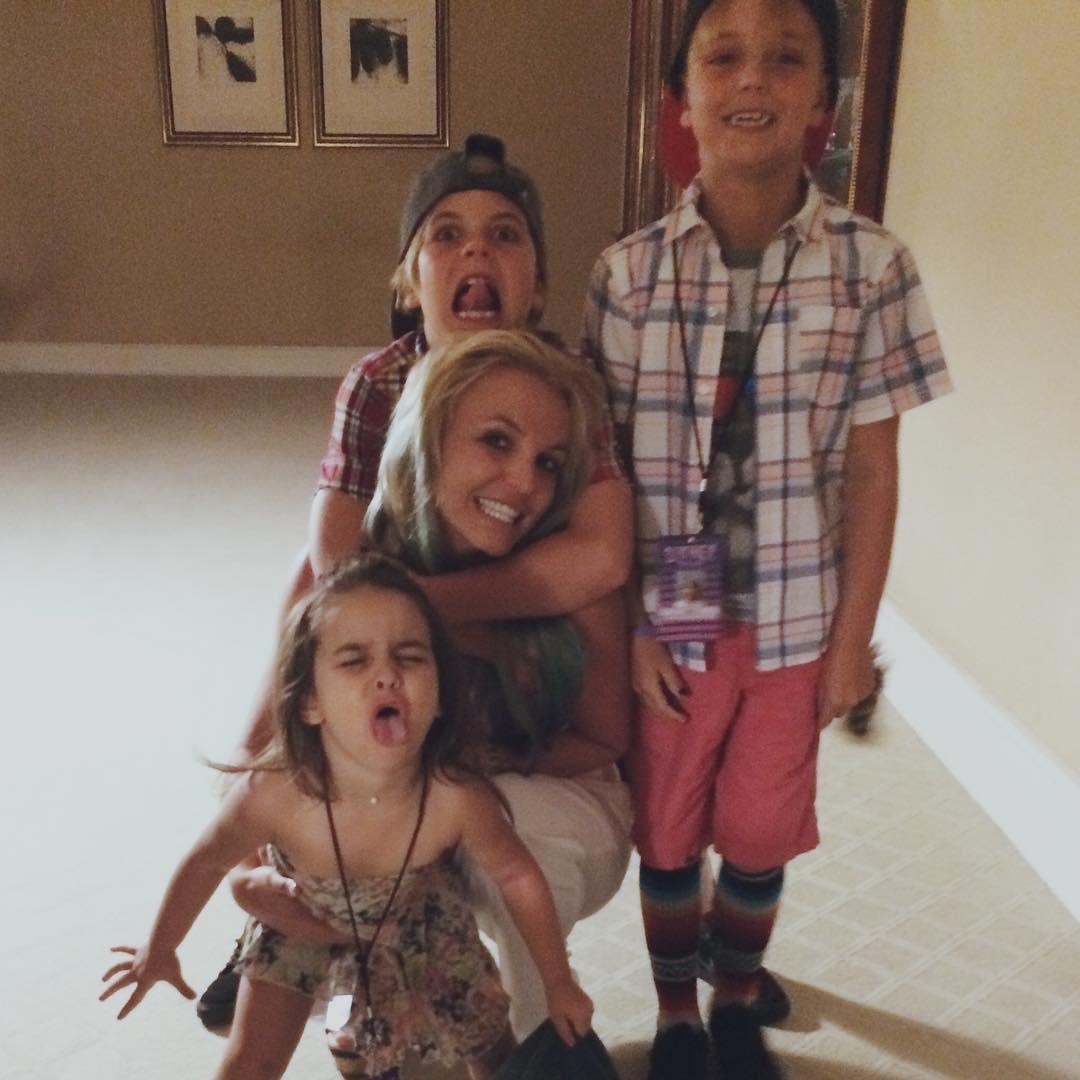 Бритни Спирс проводит время с детьми