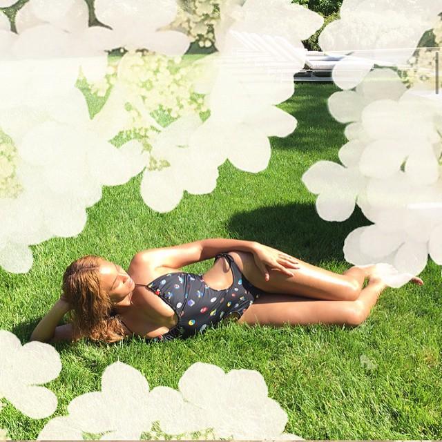 Жаркое лето: Бейонсе демонстрирует соблазнительную фигуру в откровенном купальнике