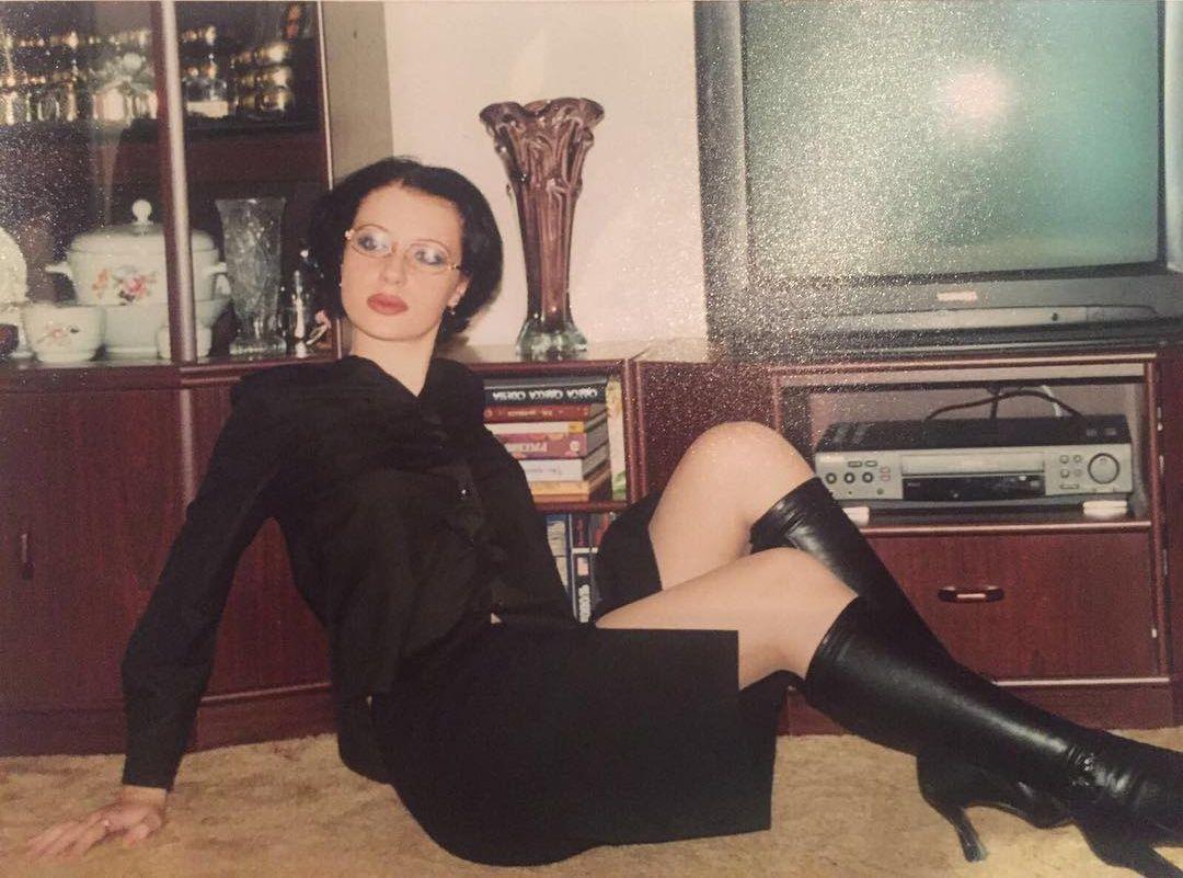 Сексуальная Слава из Неангелов показала, как выглядела в 11 классе