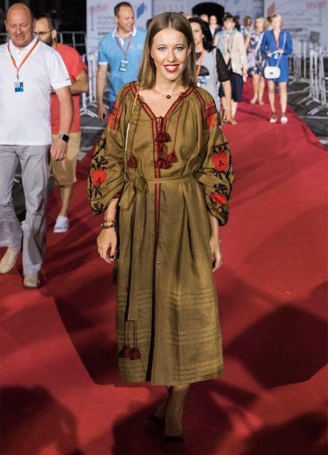 Ксения Собчак гуляет по Сочи в украинской вышиванке