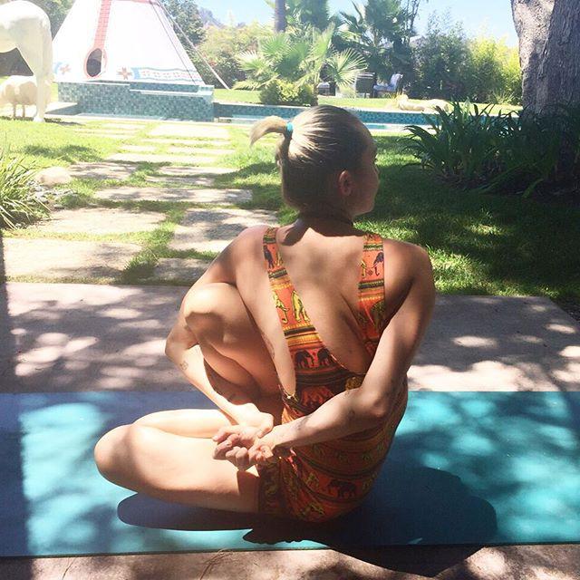 Невероятная гибкость: Майли Сайрус шокировала тем, что сделала со своим телом