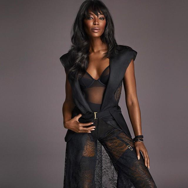 Сексуальная Наоми Кэмпбелл демонстрирует идеальную фигуру в нижнем белье