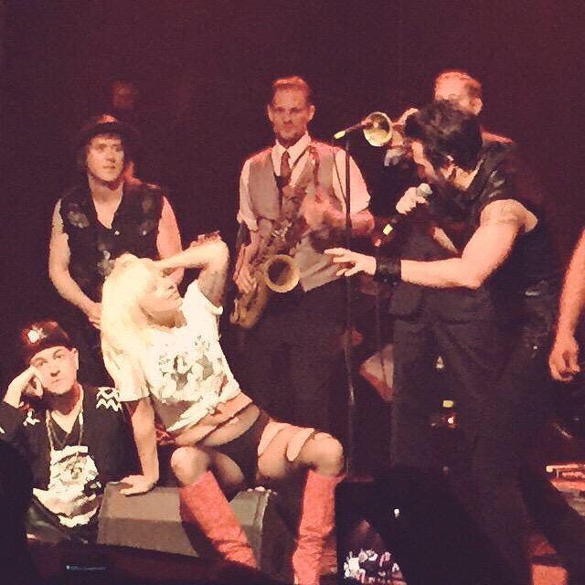 Откровенные танцы и разорванная одежда: Леди Гага шокировала публику своим поведением