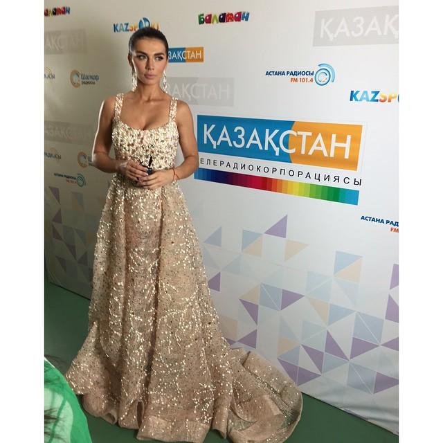 Анна Седокова в платье с камнями и стразами