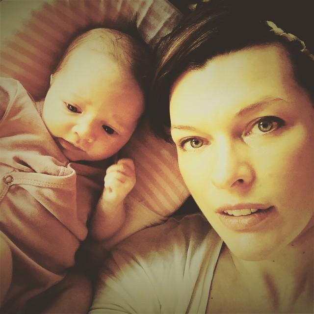 Звездная мамочка: Мила Йовович показала подросшую дочку