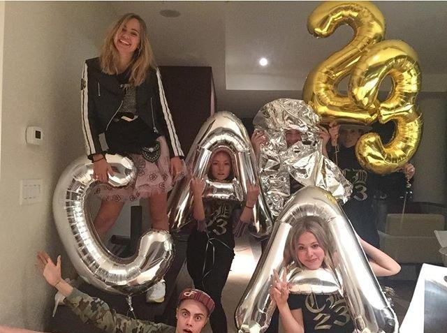 Кара Делевинь отпраздновала день рождение в стрип-клубе
