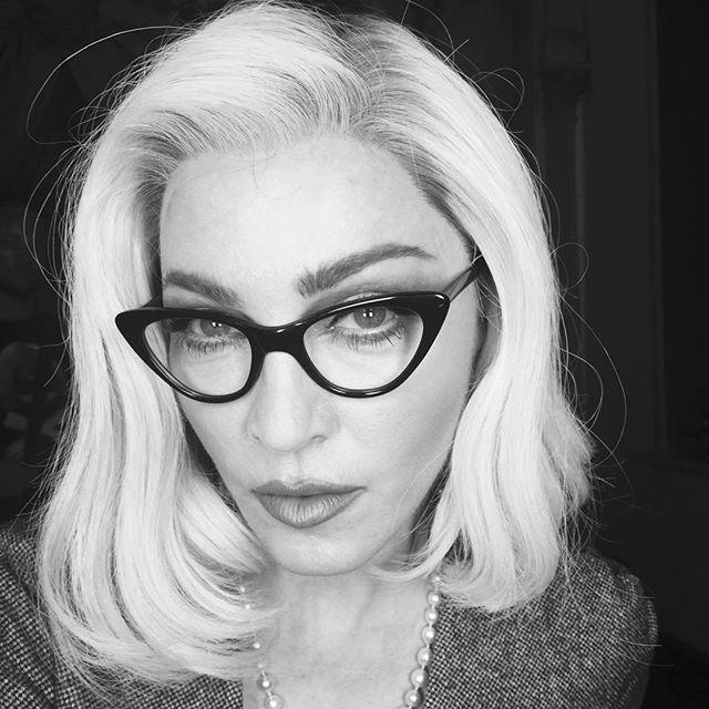 Соблазнительная учительница: Мадонна блистает в новом образе