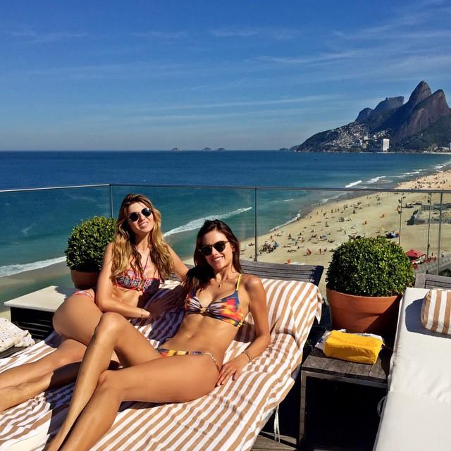 Алессандра Амбросио в соблазнительном бикини на пляже Рио-де-Жанейро