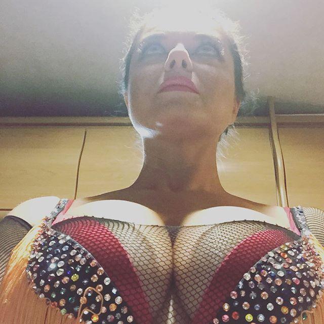 Наташа Королева объяснила, зачем показала свою грудь