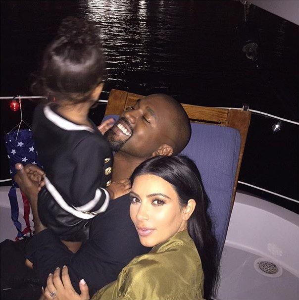 Счастливая семья: Ким Кардашьян и Канье Уэст с дочерью отдыхают на яхте (Фото)
