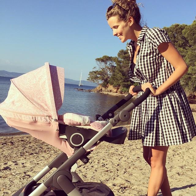 Инна Цимбалюк: первая прогулка с новорожденной дочкой