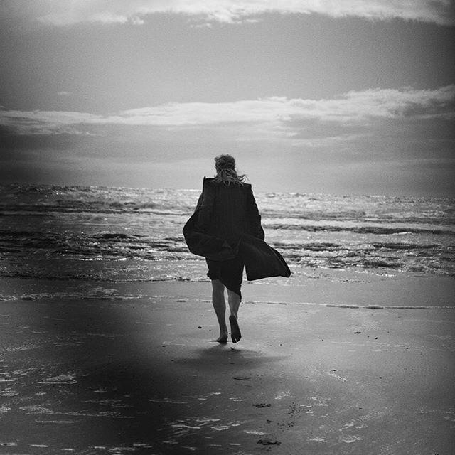 Загадочная Кейт Уинслет завораживает в новой фотосессии на берегу моря