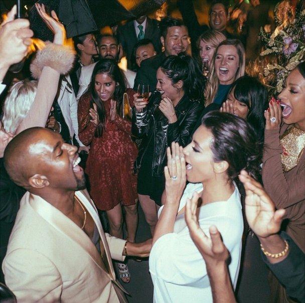 Карета и настоящий замок: Ким Кардашьян показала эксклюзивные фотоснимки со своей свадьбы