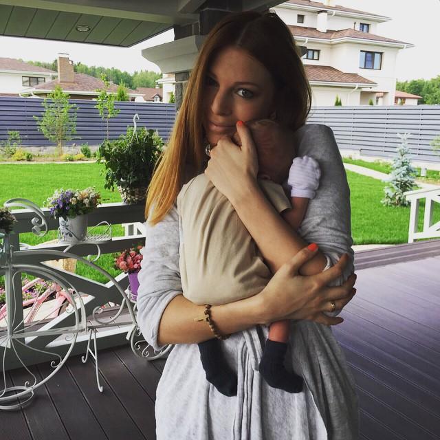 жена Преснякова заобнимала крошечного сына