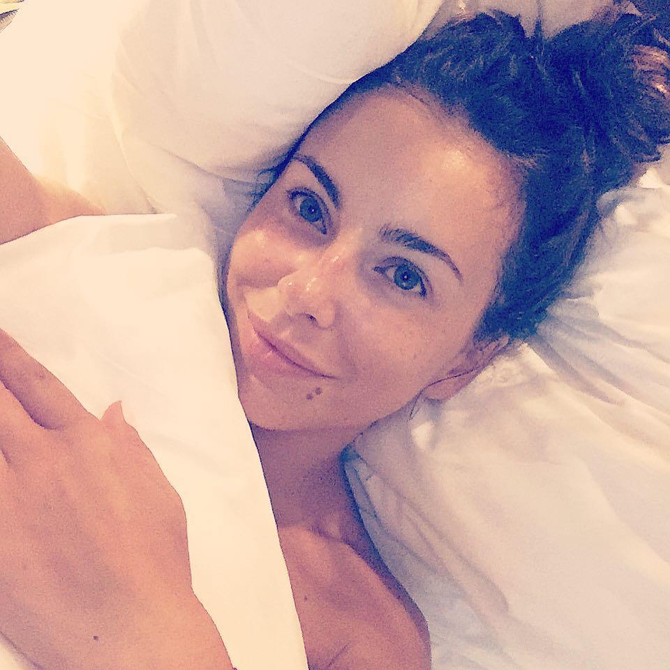 Ани Лорак а-ля натюрель: в постели и без макияжа