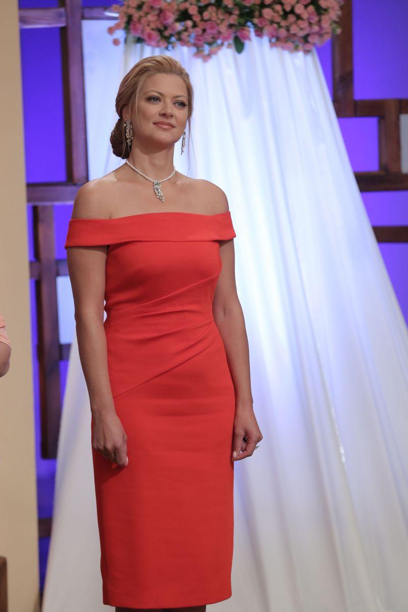 Татьяна Литвинова блистает в коралловом платье с оголенными плечами