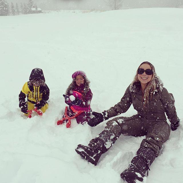 Заботливая мамочка: Мэрайя Кэри поделилась семейными фотографиями с Рождества