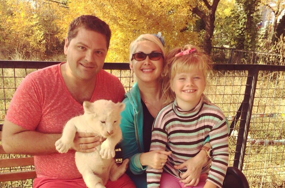 Катя Бужинская с мужем и дочерью
