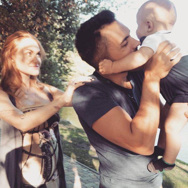 Слава из группы Неангелы с мужем и сыном