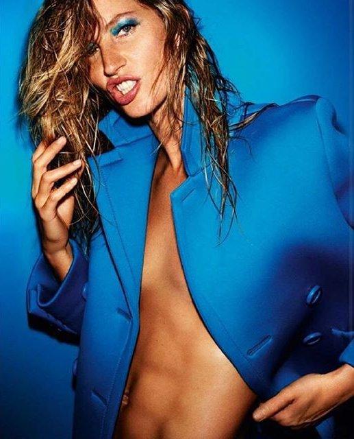 Жизель Бундхен снялась топлес для обложки Vogue